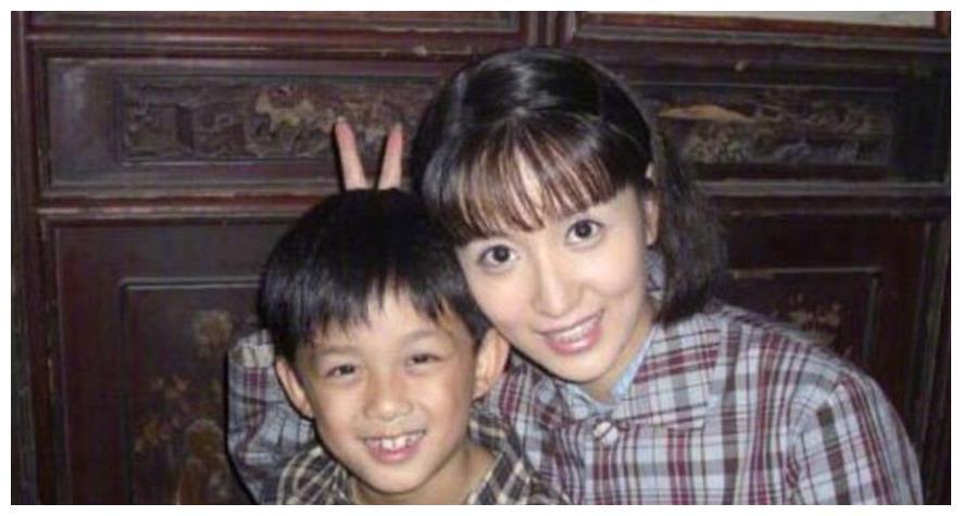 童星出道的他,时隔多年再次和张萌合作,现两人酷像兄妹