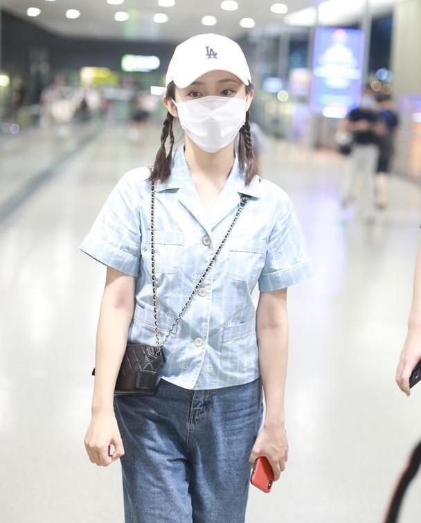 """""""小龙女""""吴佳怡好甜,睡衣衬衫配阔腿裤,复古风穿出清新感"""