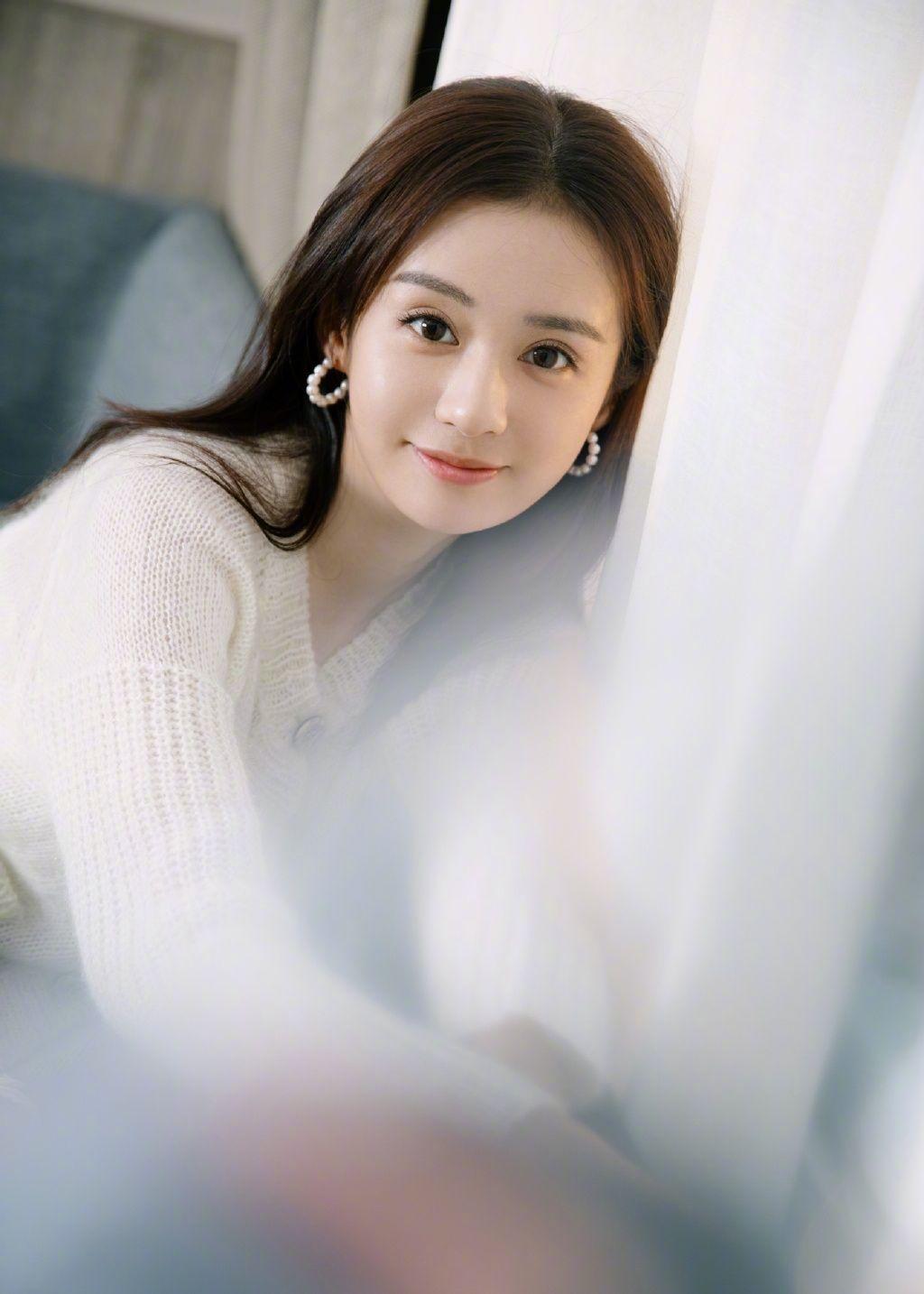 郑合惠子清新长发搭配白色针织开衫,俏皮温柔,满满春日气息