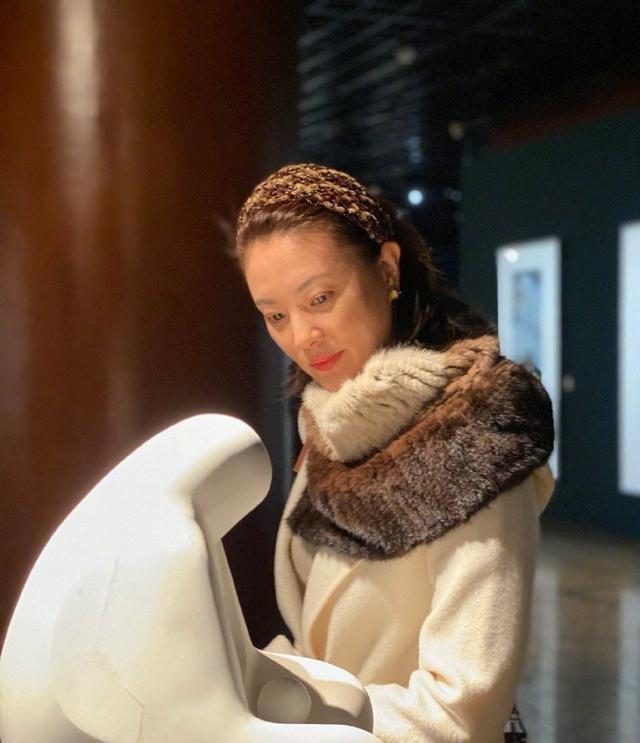 刘芳菲品味真高级!穿白色大衣配皮草围巾,43岁美到骨子里了