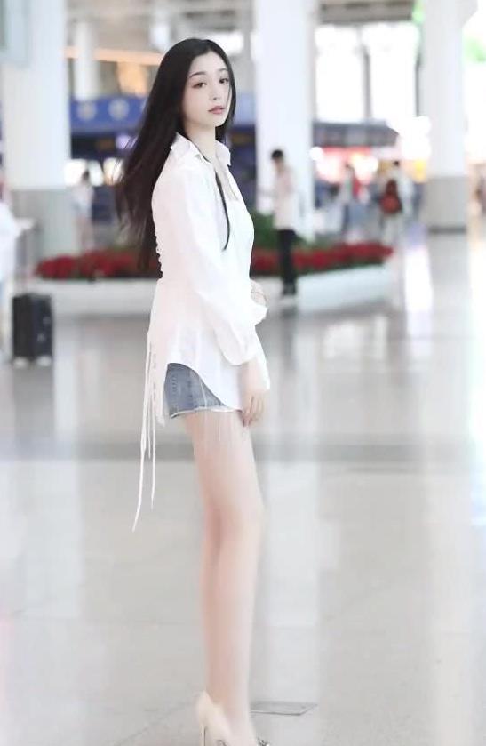 白色衬衫搭配浅色牛仔热裤,小姐姐大长腿很吸睛