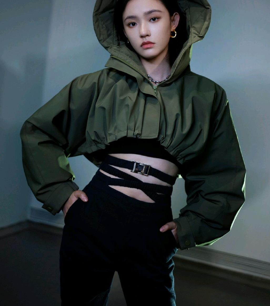 林允不愧是模特出身,最近封面大片又美又飒,时尚表现力太绝了!