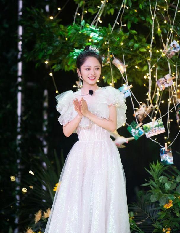 谭松韵怎么做到的?30岁穿玻璃糖纸轻纱裙,比迪士尼公主还要甜