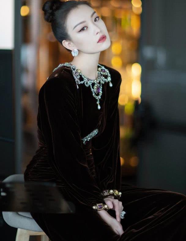 被倪妮穿搭风格撩到,一袭复古黑裙美艳高贵,好看到犯规!