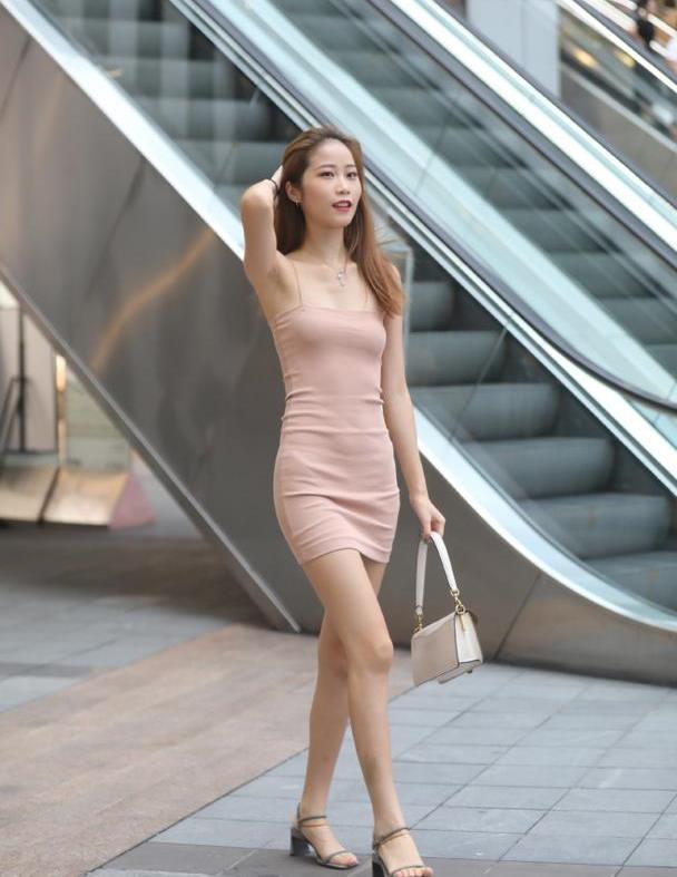 """纤细""""阿姨""""的吊带裙,时尚又清新,一点不输微胖女孩"""