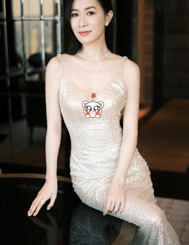 """45岁佘诗曼这么有""""料"""",穿深V吊带裙优雅大气,这腰臀比我酸了"""