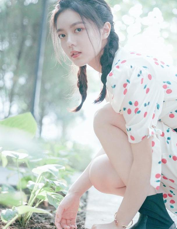赵今麦初秋私服上线,双马尾印花裙,满满的少女浪漫气息
