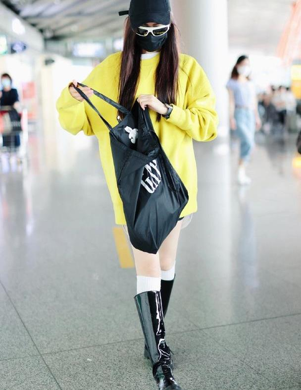 """张天爱机场秀身材,大热天长版卫衣搭长筒靴,""""胯宽""""真不好穿衣"""