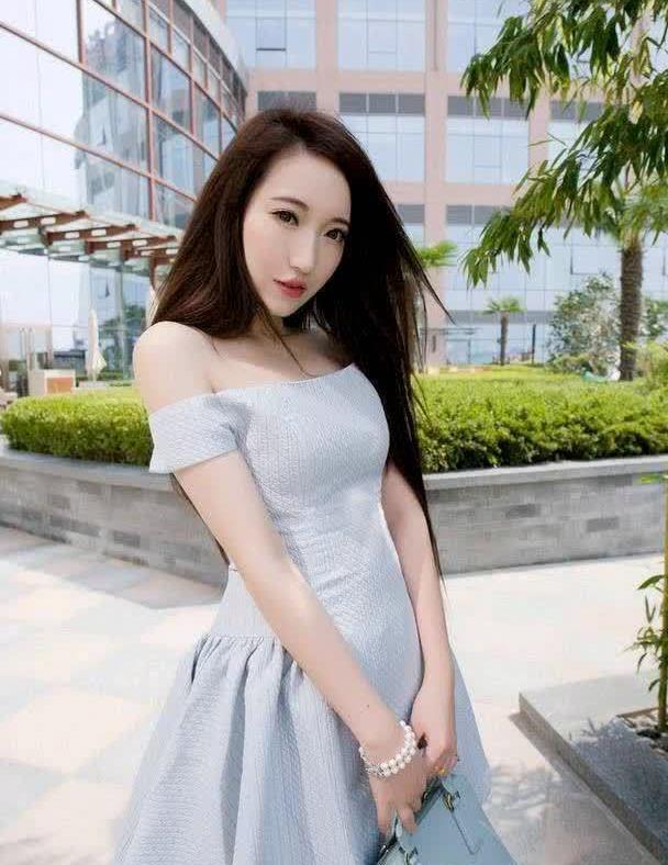 街拍:小姐姐灰色一字露肩裙,青春时尚