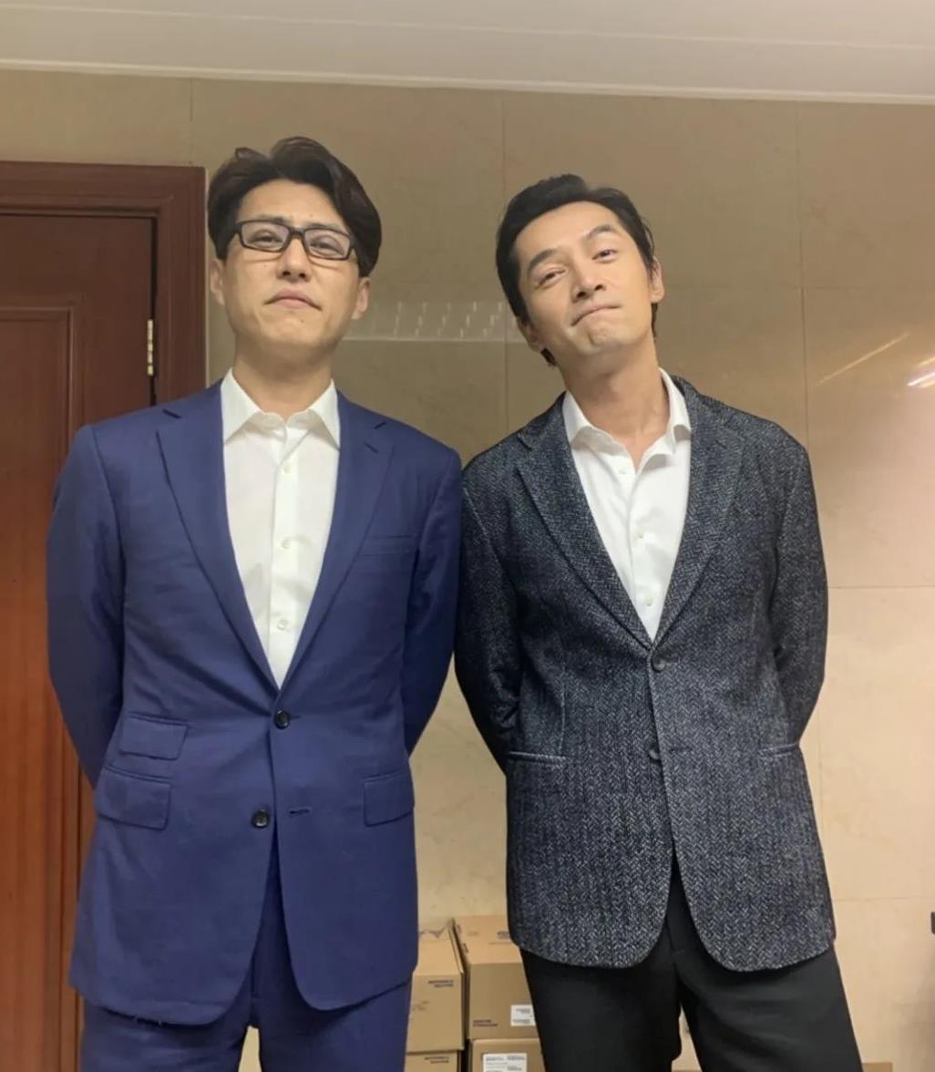 靳东胡歌合影,两人西装造型帅气十足,这气质一般人穿不出