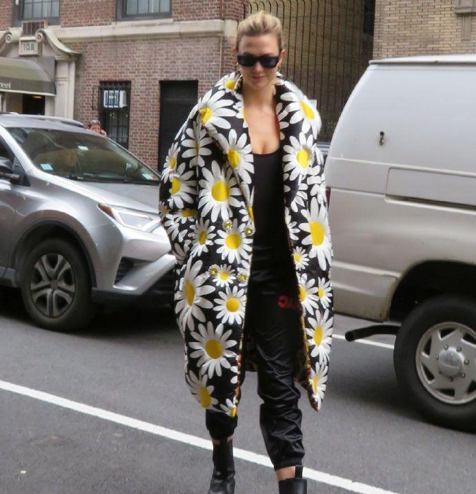 卡莉·克劳斯现身街头,雏菊大衣吸睛,街头最靓丽的一道风景线