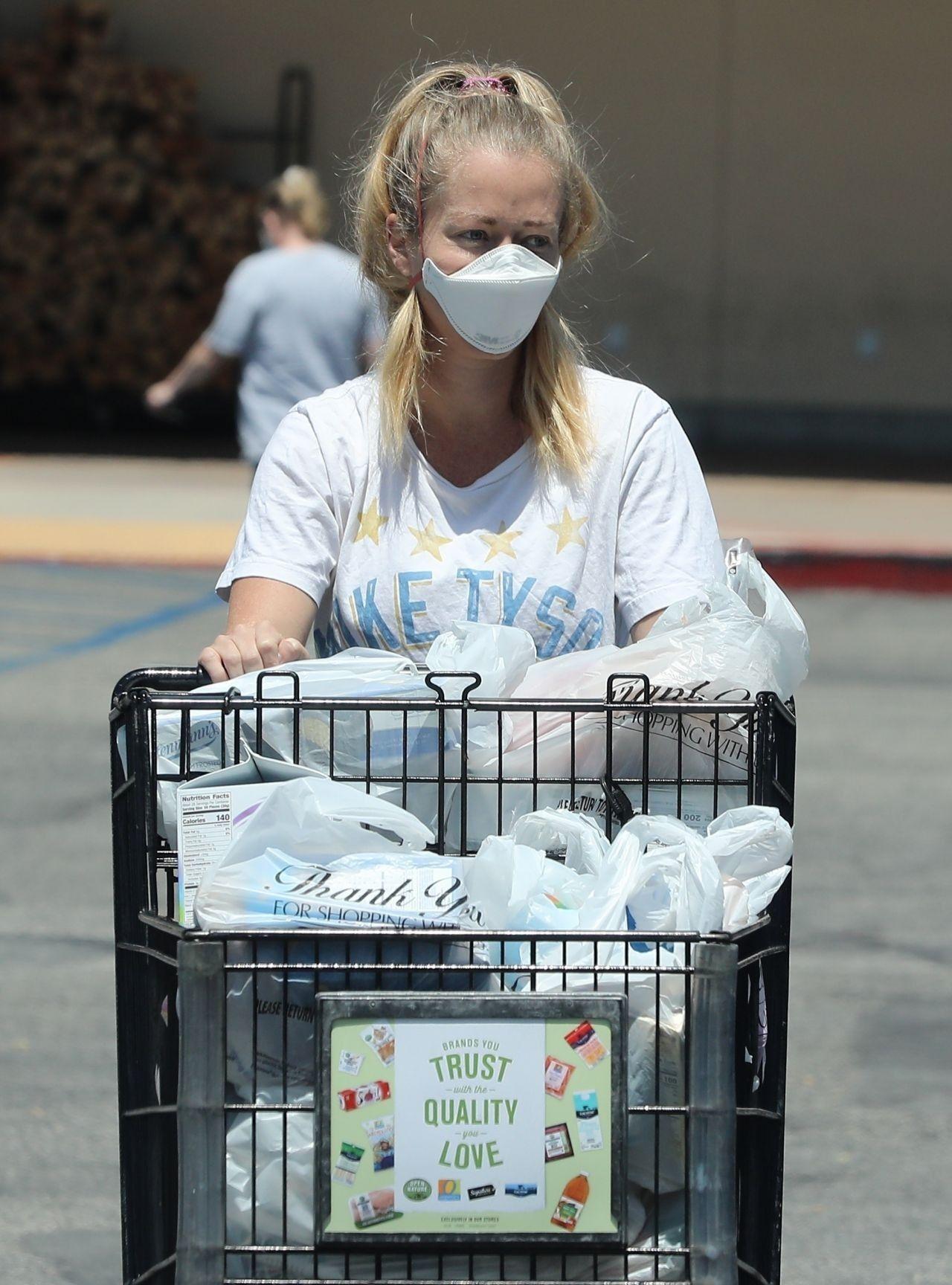 肯德拉·威尔金森(Kendra Wilkinson)现身洛杉矶外出购物