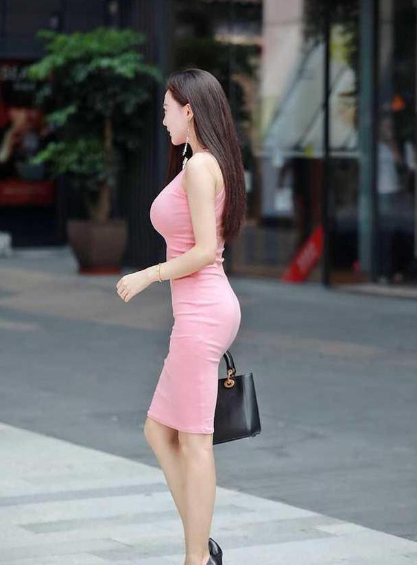 粉色不一定是少女的专属,成熟美女也能把粉色穿得娇嫩清纯
