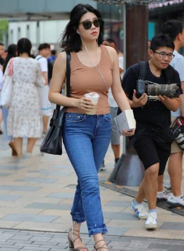 气质大方的牛仔裤搭配,充满帅气潇洒的活力,显街头风十足