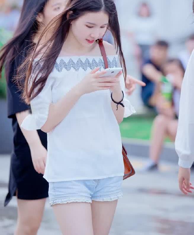 街拍:小姐姐港风一字肩T恤,青春活力