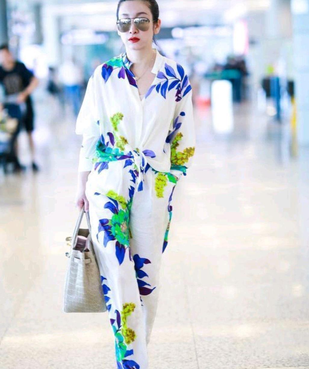 秦海璐诠释中年女性的优雅,穿白色印花套装配高跟鞋,清爽又时髦