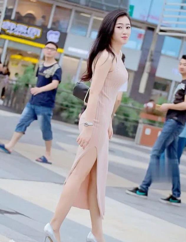 街拍:女神身穿针织挂脖连衣裙,自信女人最漂亮