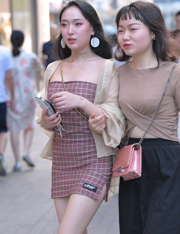 街拍:好闺蜜一起逛街,有对比才更漂亮!