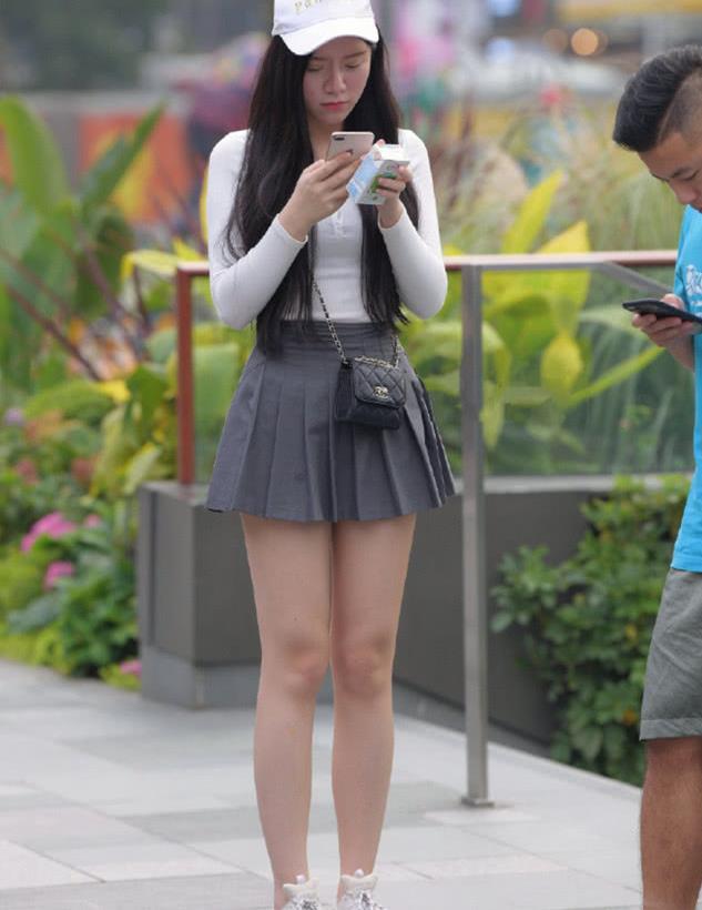街拍:美女穿着百褶裙,青春洋溢,显瘦又显腿!