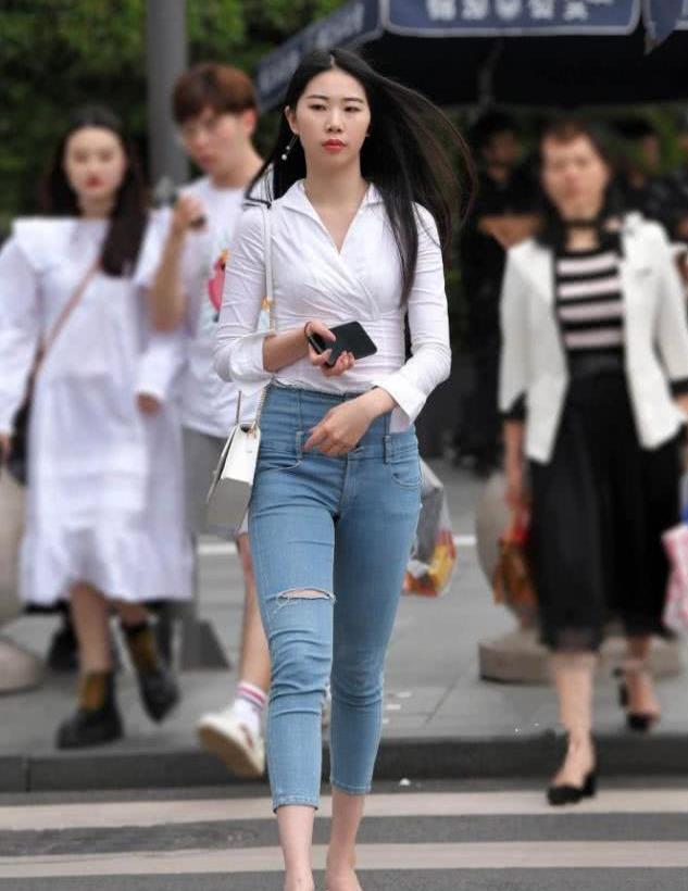 街拍;无数女孩证明,牛仔裤确实适合长腿