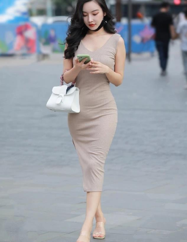 卡其色紧身裙,小姐姐穿出优雅大方的感觉,气质洒脱自信