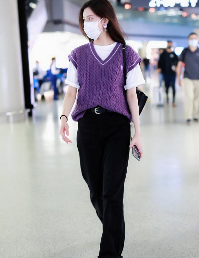 宋妍霏街拍:紫色针织马甲叠穿白T恤,尽显甜美时尚