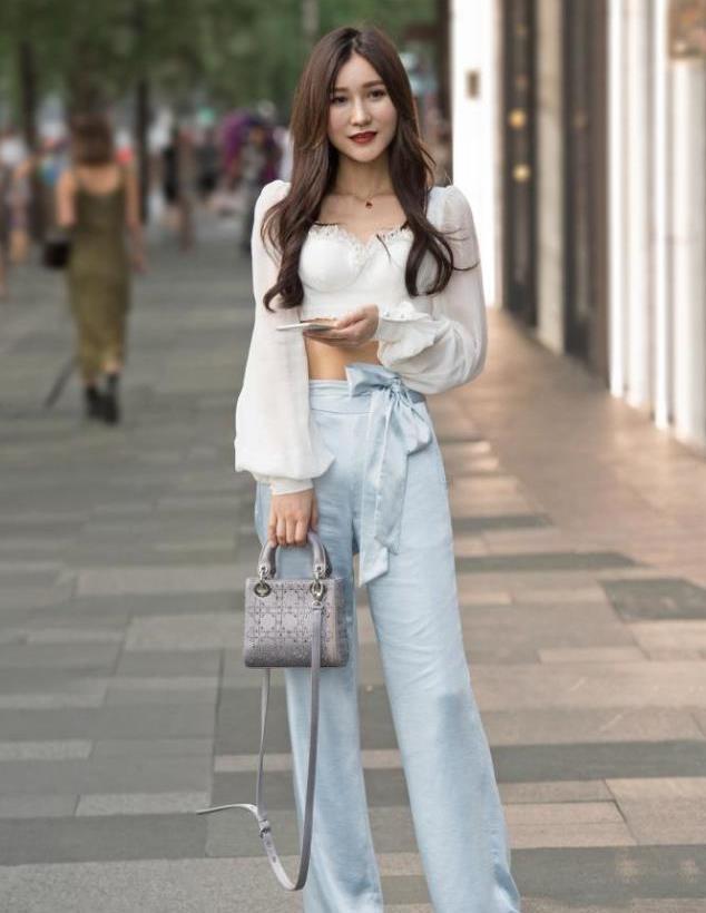 浅蓝色冰丝阔腿裤,腰间的蝴蝶结设计,别致出彩