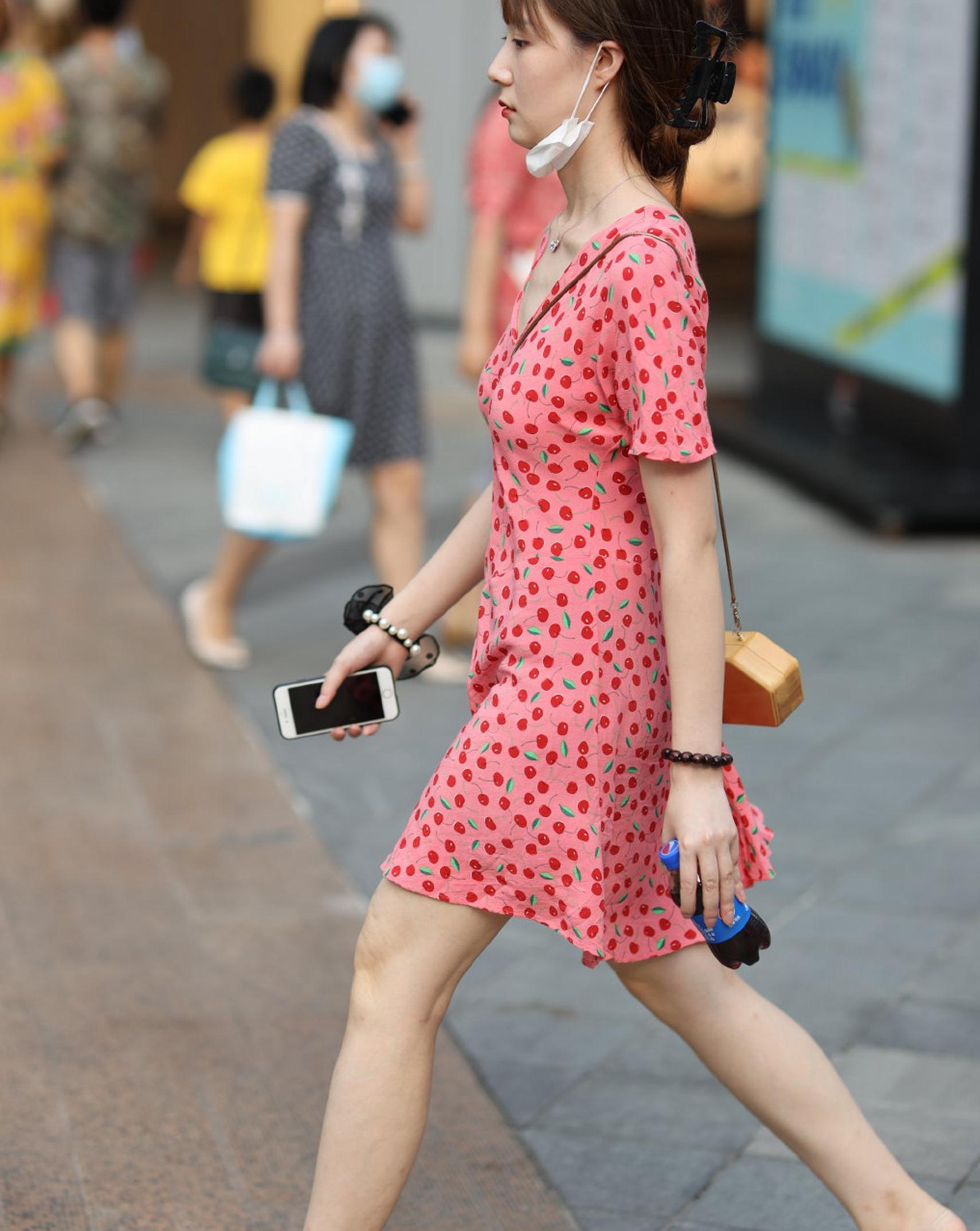 街拍:每日穿搭没必要那么传统,个性的穿搭能更时尚