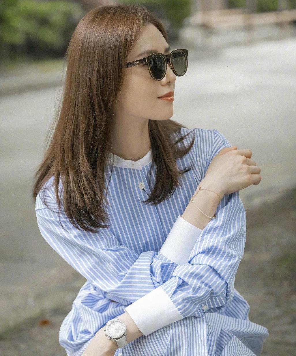 刘诗诗美出新高度,棕色中发搭配浅色条纹衬衣裙,时尚减龄又高级