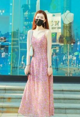 裙子怎么选?美女选择印花连衣裙,优雅时髦穿出女神范