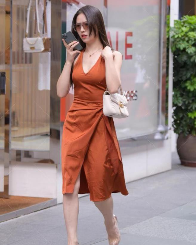 橙色开叉裙搭配尖头鞋,小姐姐的气场不是一般强大