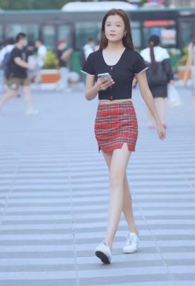 清纯小姐姐的甜美穿搭,苏格兰格子裙超时尚,搭配黑色半袖太吸睛