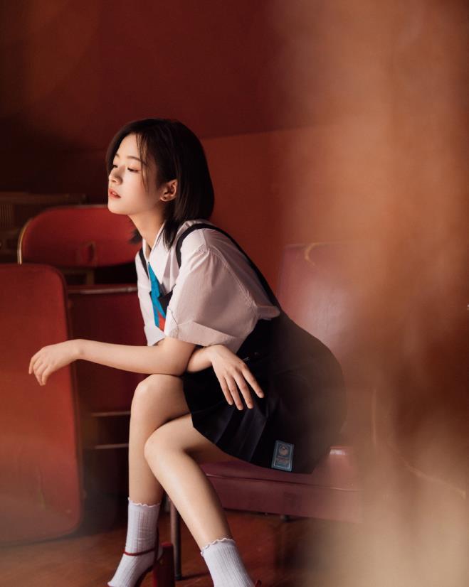李庚希的乖乖女打扮确实很讨喜!穿白衬衫搭配背带裙,太美好了