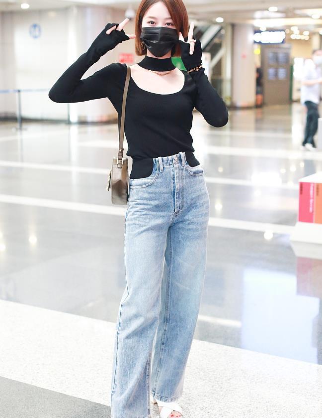 蓝盈莹街拍:针织衫牛仔阔腿裤Versace相机包纤细修长