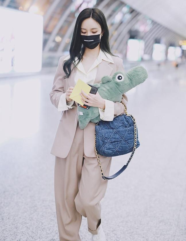 沈梦辰街拍:驼色西服裤装Chanel牛仔包 帅气干练