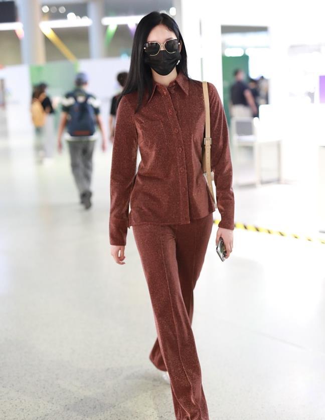 刘令姿街拍:棕色衬衫+长裤 亮片水晶底球鞋休闲随性
