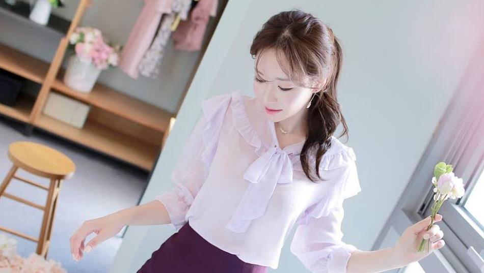 浅紫色的透视雪纺衫,搭配深紫色的半身包臂裙,很梦幻的色彩系