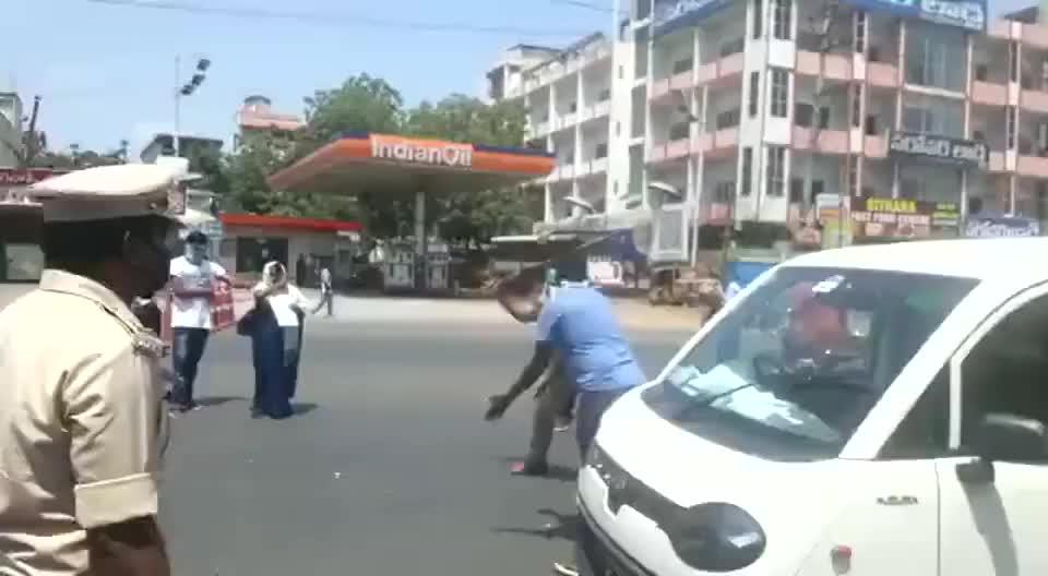 在印度警察用的最顺手的工具就是棍子