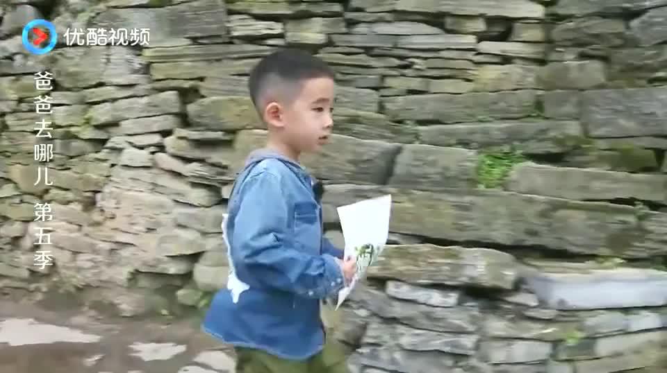 刘畊宏叮嘱女儿:走路不要摔跤哦,小泡芙送超甜飞吻!