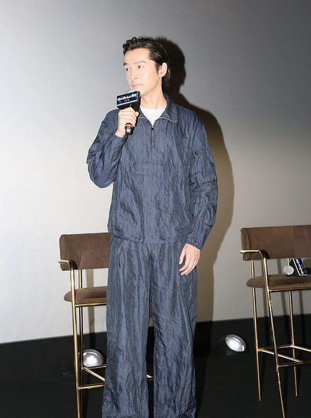 28届金鸡百花星装:胡歌竖条纹夹克+阔腿裤 帅气型男