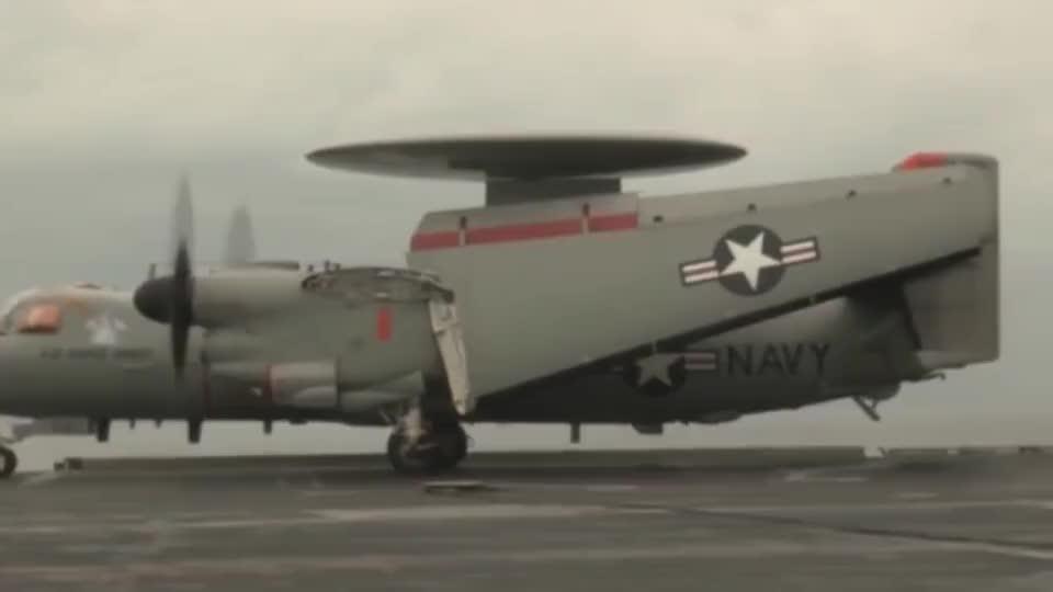 """美军E-2D""""先进鹰眼""""预警机在陆地上使用弹射装置起飞"""