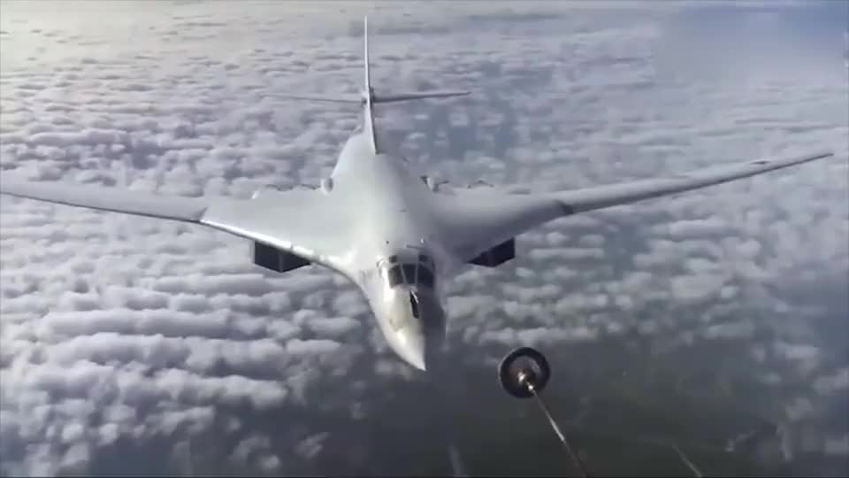 实拍俄军图-160战略轰炸机空中加油画面,唯美白天鹅!