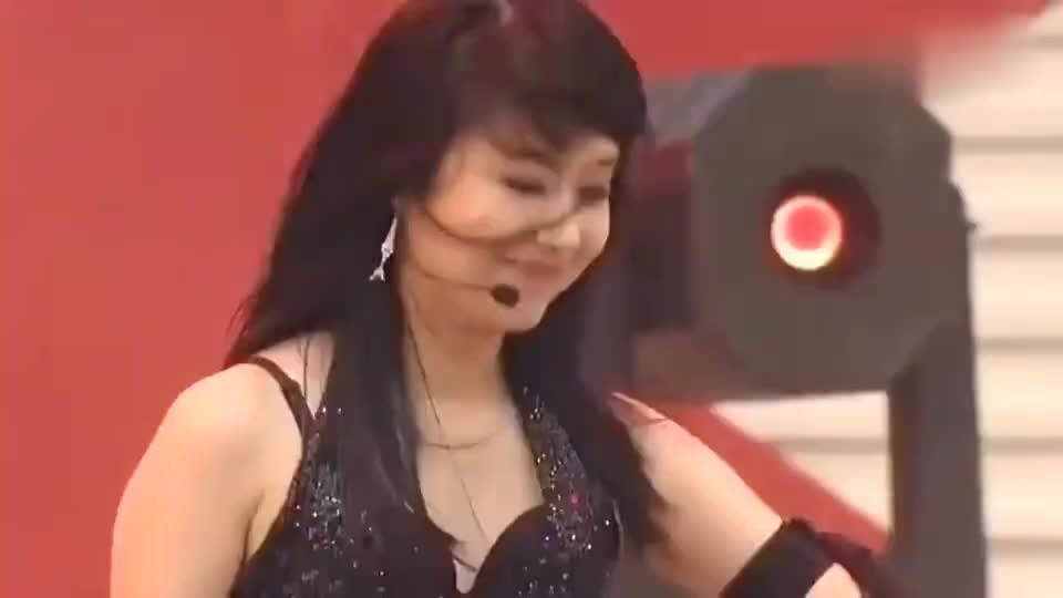 李贞贤舞台上热舞魅力十足,听过这首歌的年纪应该不小了