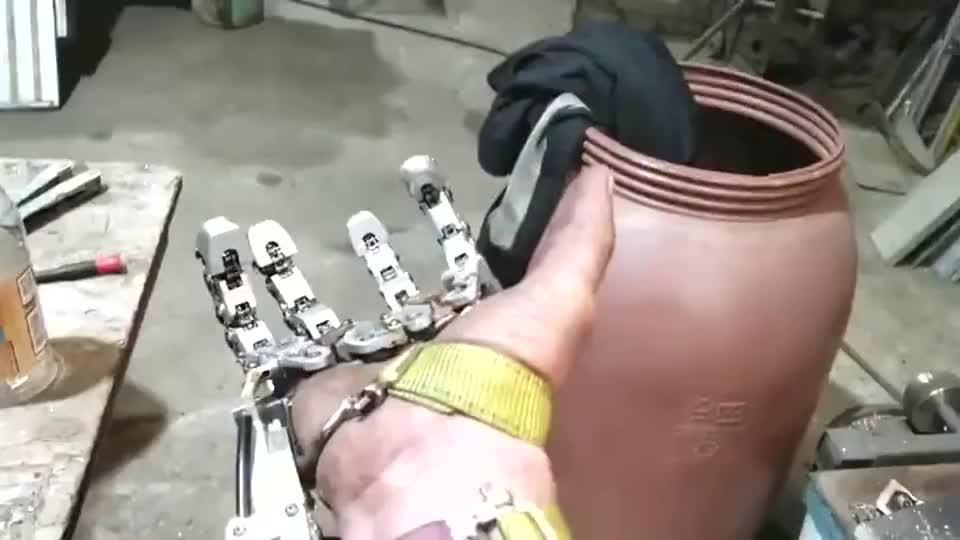 农民工设计的机械手,和真手没啥两样,这智商没考清华太可惜!