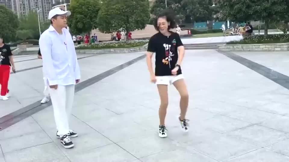 阿姨广场跳鬼步舞,21岁小伙上来斗舞,精湛舞技彻底征服美女