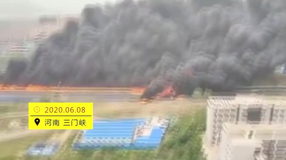 连霍高速三门峡段油罐车爆炸现场形成一条火龙绵延数公里
