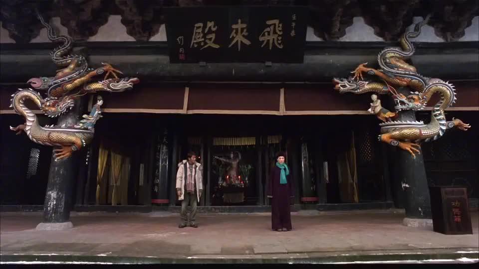 郑秀文饰演峨眉派师姐,一言不合就练武,招式有模有样