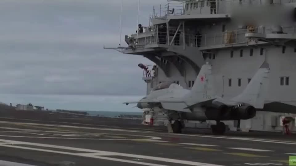 实拍米格-29舰载机甲板起飞,没有弹射器全靠发动机硬推!