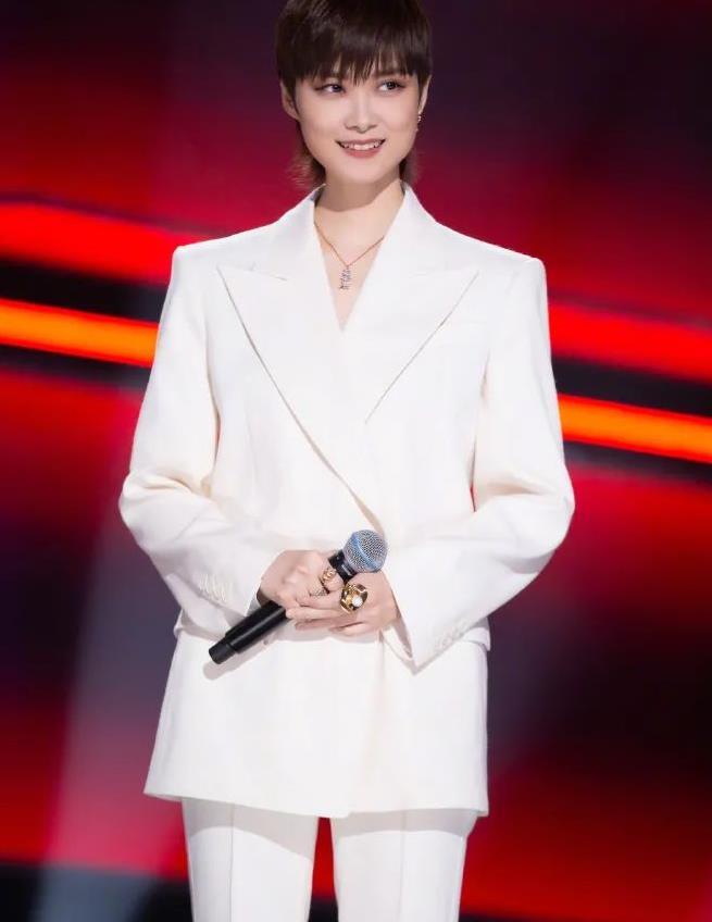 李宇春越来越温柔了!穿白色西装清爽宜人,难得展现出优雅女人味
