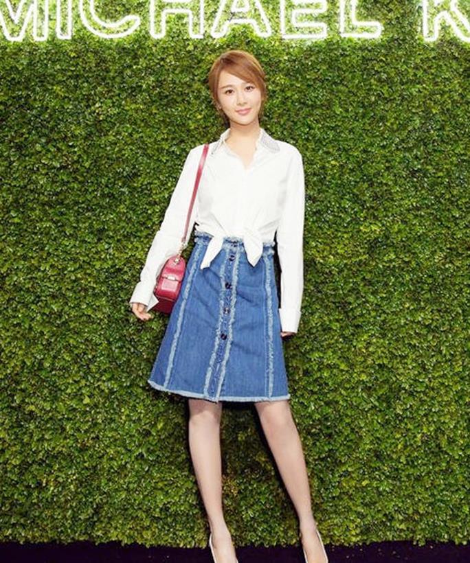 """杨紫穿牛仔裙上瘾了?换上""""包臀款""""扭胯的那刻,女生都被迷哭了"""